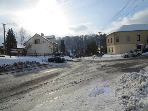 Křižovatka vMetylovicích dělá hlavně vzimním období řidičům problémy. Na snímku je zachycen pohled ze směru od Lhotky.
