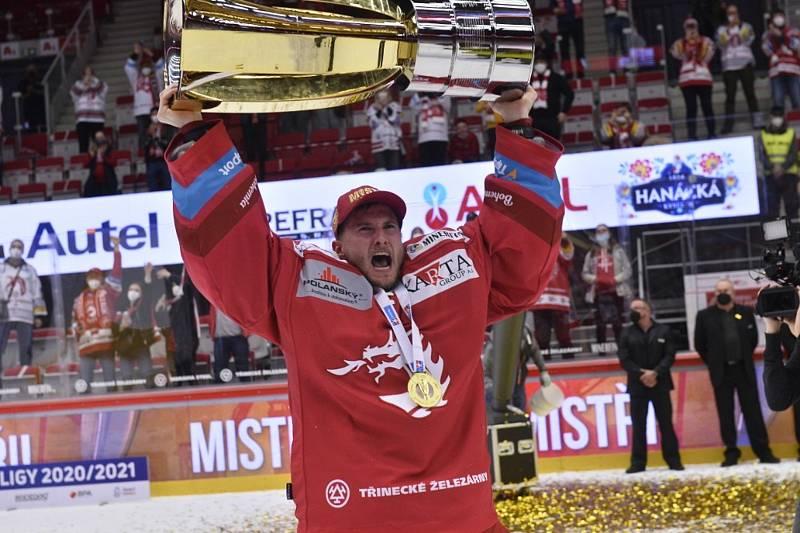 Hokejisté Třince získali mistrovský titul. Na snímku s pohárem gólman Ondřej Kacetl.