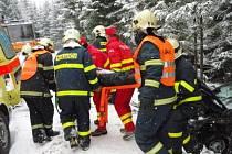 Hasiči ve čtvrtek dopoledne vyprošťovali nedaleko přehrady Šance řidiče felicie.