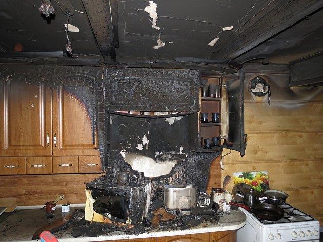 Čtyři jednotky hasičů zasahovaly v pondělí 19. listopadu v Třanovicích u požáru v kuchyni prvního patra rodinného domu. Hlavně kouř poškodil vybavení celého podkroví za 300 tisíc korun a zřejmě měl na svědomí i život jezevčíka.