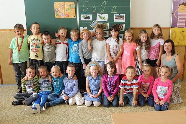 Na snímku jsou prvňáčci ze základní školy vJanovicích spaní učitelkou Lenkou Ševčíkovou.