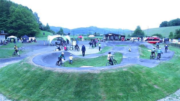 Pumptracková dráha byla otevřena vedle fotbalového hřiště ve Staříči.