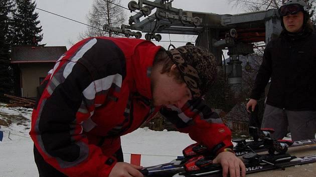 Devatenáctiletý student Patrik Růžek z Frýdku-Místku (na snímku vlevo) si přivydělává testováním lyží ve SKI areálu Sviňorky na Morávce.