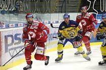 Martin Růžička (vlevo) rozhodl zápas ve Zlíně.
