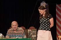 S divadelním komediálním představením Víš přece, že neslyším, když teče voda vystoupili v sále Základní školy Vojtěcha Martínka v Brušperku známí pražští herci.