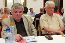 Volby do OS ČSTV. Na snímku je zleva Karel Turoň (Oldřichovice) a vedle něj bývalý předseda OS ČSTV Stanislav Zeman (Sokol Kozlovice).