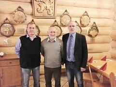 Na seminář s pravidlovým expertem Jiřím Kurešem zavítali také i předseda MS KFS Karel Kula (vpravo) a předseda OFS Frýdek-Místek Zdeněk Duda (vlevo).