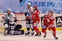 Ondřej Kovařčík (vpravo) rozhodl páté finále a Třinec je blízko titulu.