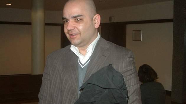 Obžalovaný Tomáš Štefan přichází k frýdecko-místeckému soudu.