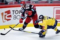 I ve třetím utkání skupiny D Česká Generali Cupu třinečtí Oceláři zvítězili, když doma porazili Zlín (ve žlutém). Odveta se hraje ve čtvrtek.