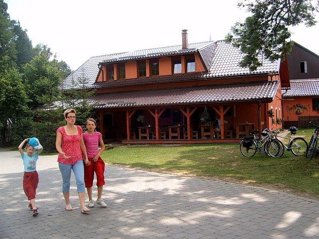 Hostinec a minipivovar U Koníčka nabízí příchozím návštěvníkům také venkovní posezení.