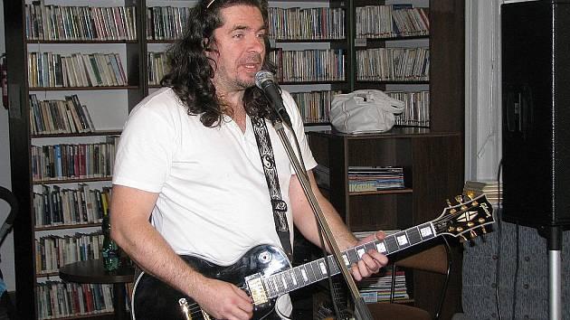 Pavel Býma nedávno hrál a zpíval ve frýdecké knihovně. Už 24. června se představí ve Frýdlantu nad Ostravicí.