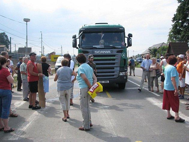 Zablokovaná silnice I/11, Hrádek 15. července.