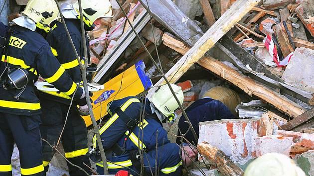 Velké cvičení hasičů se uskutečnilo v pátek 19. února poblíž restaurace U Napoleona v Třinci. Záchranáři v areálu domu, který je určen k demolici, nacvičovali záchranu zavalených osob.P