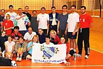 Společné foto volejbalistů při vánočním turnaji smíšených družstev.