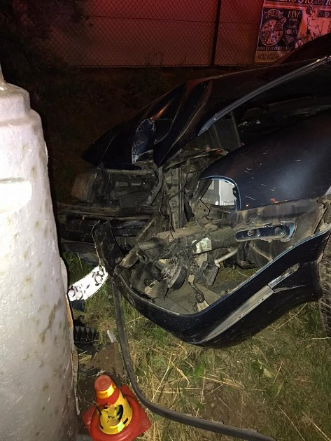 Řidič bezohlednou jízdou mohl spáchat neštěstí. Nakonec sám nabořil sloup ve Frýdlantu nad Ostravicí.