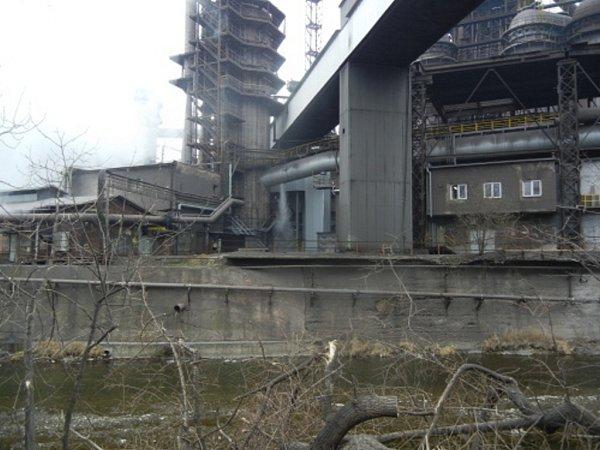 Únik plynu zprasklého potrubí uvysoké pece vTřineckých železárnách.