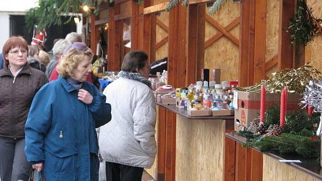 Náměstí Svobody v Místku je místem vánočních trhů i sbírky Vánoční strom, přispět můžete do kasičky přímo u stromu.