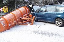 Dopravní nehoda sněhového pluhu a dvou aut ve Starých Hamrech.