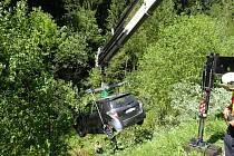Hasiči vytahovali auto ze srázu v Beskydech.
