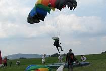 Ve Frýdlantu nad Ostravicí se sešli parašutisté, kteří zde měli své závody. Ty měly původně začít již v pátek, ale počasí parašutisty pustilo k oblakům až v sobotu během dne.