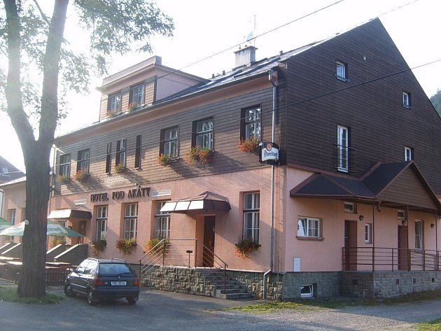 HOTEL POD AKÁTY v Dolní Lomné čeká rekonstrukce střechy a oken.