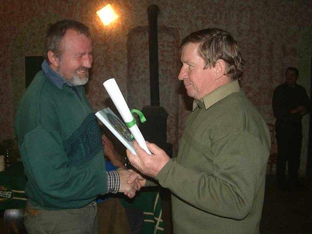 Na ilustračním snímku stojí Pavel Černoch vpravo.