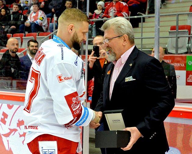 Martin Růžička obdržel od prezidenta klubu Jána Modera upomínkový dar ke vstupu do Klubu hokejových kanonýrů za 250branek vlize a reprezentaci. Foto: Petr Rubal