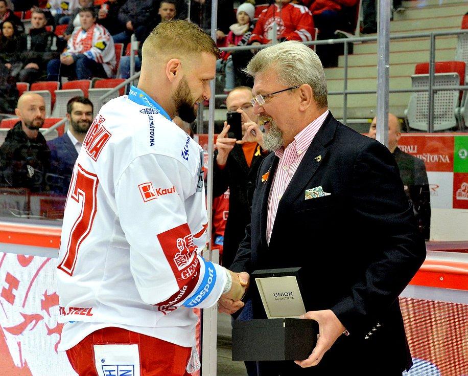 Martin Růžička obdržel od prezidenta klubu Jána Modera upomínkový dar ke vstupu do Klubu hokejových kanonýrů za 250 branek v lize a reprezentaci. Foto: Petr Rubal