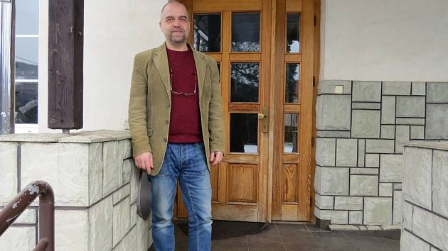 Zdeněk Kašpárek před vchodem střediska Karmel.