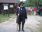 Lašský král pasuje starostu Sedlišť. Ilustrační foto.