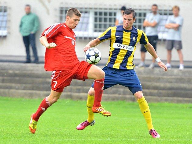 Třinecký obránce Tomáš Matoušek (vlevo) v souboji o míč. Archivní snímek.