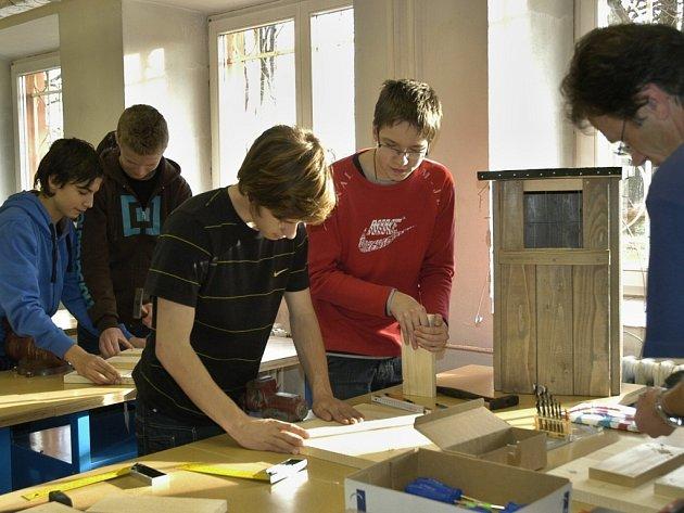 Výroba budek právě probíhá v dílnách Jubilejní Masarykovy základní školy v Třinci.