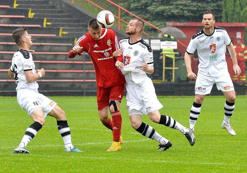 Druholigoví fotbalisté Třince (v červeném) nestačili v domácím prostředí lídrovi tabulky z Hradce Králové, když s ním prohráli těsně 0:1.