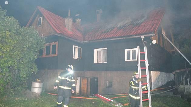 Pět jednotek hasičů zasahovalo u požáru střechy a podkroví v Malenovicích.