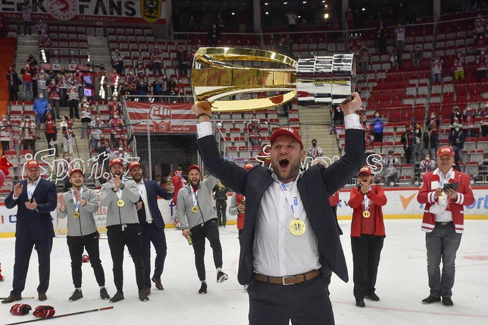 Václav Varaďa získal mistrovský titul jako hráč i trenér.