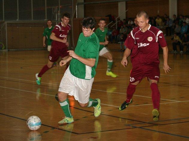 Futsalisté Třince (rudé dresy) na palubovce nováčka vyhráli rozdílem dvou branek.