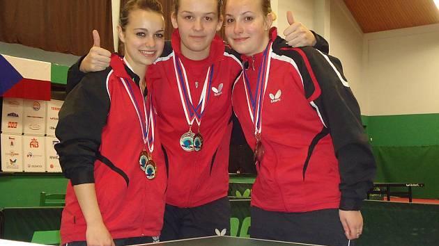 Trio hráček frýdlantského SK, které zazářily na nedávném ME juniorů v ruské Kazani. Zleva stojí Dagmar Blašková, Karin Adámková a Kateřina Tomanovská