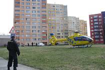 Vážný pracovní úraz utrpěl v pondělí 2. dubna asi hodinu před polednem zedník, který spadl z lešení panelového domu v Pekařské ulici ve Frýdku-Místku. Do nemocnice jej přepravoval záchranný vrtulník.