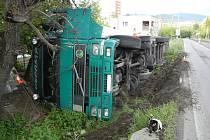 Nehoda slovenského kamionu Volvo vezoucího na Slovensko deset tun kabelů.