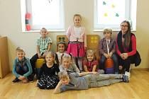 Snímek zachycuje prvňáčky ze základní školy ve Sviadnově. Třídní učitelkou je Eva Kubalová.