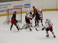 Hokejisté Frýdku-Místku (v červeném) podlehli na domácím ledě Třebíči.