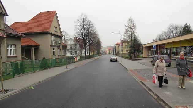 Nádražní ulice prošla zásadní rekonstrukcí. Oprava frekventované ulice patřila loni mezi největší investice ve Frýdlantě nad Ostravicí. Archivní snímek.