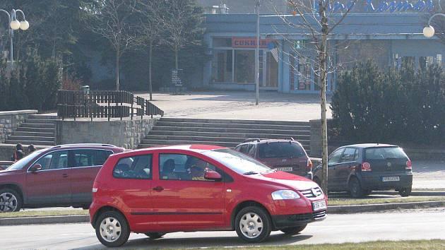 Vůz projíždí kolem třineckého kina Kosmos.