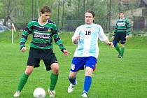 Michal Paszek z Hrádku (vlevo) bojuje o míč s jablunkovským Radimem Szotkowskim.
