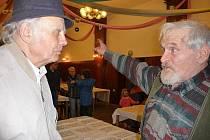 Vlastimil Šenkýř (vpravo) při debatě s moderátorem besedy Jiřím Figurou.