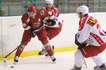 Hokejisté Frýdku-Místku (červené dresy) neponechali v derby nic náhodě a na porubském ledě zvítězili zaslouženě 3:1.