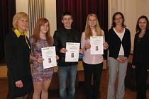 Ve Frýdlantu nad Ostravicí vyhlásili výsledky druhého ročníku soutěže o nejlepší esej v angličtině. Přihlásit se mohli také studenti z Frýdku-Místku a Havířova, na prvních třech místech se ale umístili právě frýdlantští středoškoláci.
