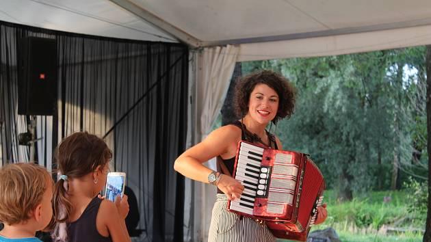 Zpěvačka a písničkářka Kaczi