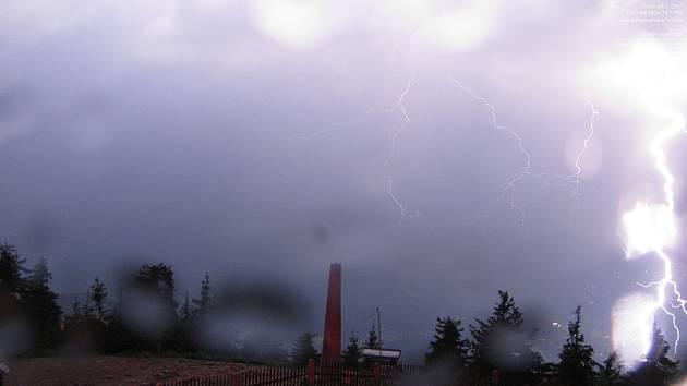 Blesk, který zachytila webová kamera ČHMÚ na Lysé hoře dne 13. června.